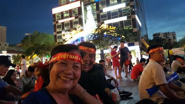 Người hâm mộ ở Sài Gòn tin tưởng đội tuyển Việt Nam sẽ chiến thắng - Ảnh 4.