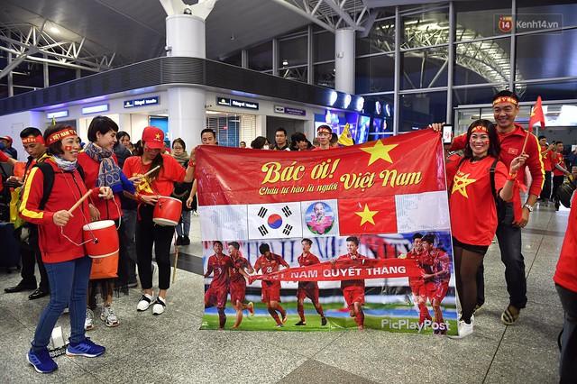 CĐV nhuộm đỏ sân bay Nội Bài và Tân Sơn Nhất, lên đường sang Malaysia tiếp lửa cho ĐT Việt Nam trong trận chung kết AFF Cup - Ảnh 7.