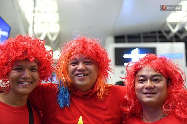 CĐV nhuộm đỏ sân bay Nội Bài và Tân Sơn Nhất, lên đường sang Malaysia tiếp lửa cho ĐT Việt Nam trong trận chung kết AFF Cup - Ảnh 8.