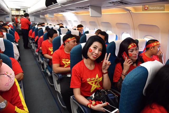 CĐV nhuộm đỏ sân bay Nội Bài và Tân Sơn Nhất, lên đường sang Malaysia tiếp lửa cho ĐT Việt Nam trong trận chung kết AFF Cup - Ảnh 10.