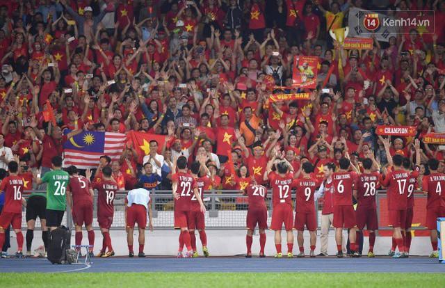 Hình ảnh đẹp: CĐV Việt Nam nán lại SVĐ Bukit Jalil ở Malaysia để dọn rác sau trận chung kết lượt đi của ĐT nước nhà - Ảnh 2.