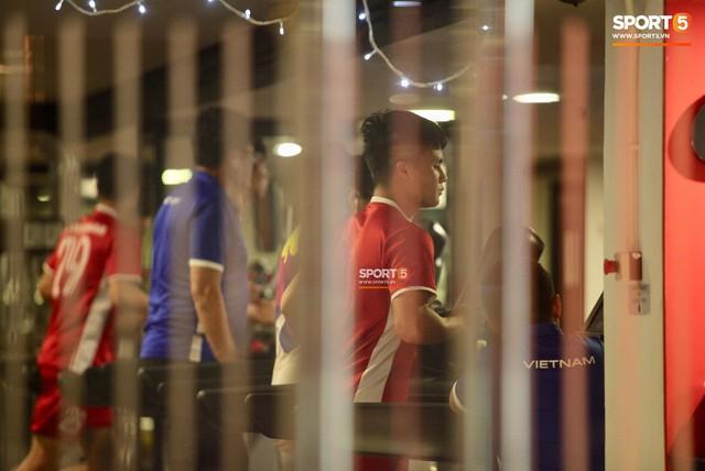 Sau trận hòa Malaysia, Đức Chinh ra sân tập dứt điểm và đá đối kháng cùng nhóm cầu thủ dự bị - Ảnh 1.