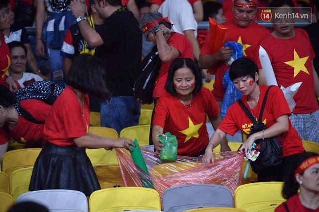 Hình ảnh đẹp: CĐV Việt Nam nán lại SVĐ Bukit Jalil ở Malaysia để dọn rác sau trận chung kết lượt đi của ĐT nước nhà - Ảnh 3.