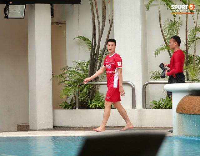 Sau trận hòa Malaysia, Đức Chinh ra sân tập dứt điểm và đá đối kháng cùng nhóm cầu thủ dự bị - Ảnh 3.