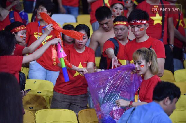 Hình ảnh đẹp: CĐV Việt Nam nán lại SVĐ Bukit Jalil ở Malaysia để dọn rác sau trận chung kết lượt đi của ĐT nước nhà - Ảnh 4.