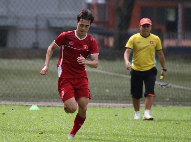 Sau trận hòa Malaysia, Đức Chinh ra sân tập dứt điểm và đá đối kháng cùng nhóm cầu thủ dự bị - Ảnh 4.