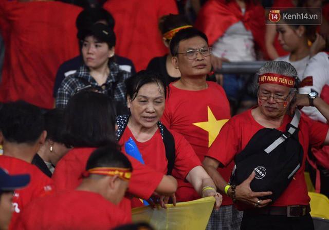 Hình ảnh đẹp: CĐV Việt Nam nán lại SVĐ Bukit Jalil ở Malaysia để dọn rác sau trận chung kết lượt đi của ĐT nước nhà - Ảnh 6.