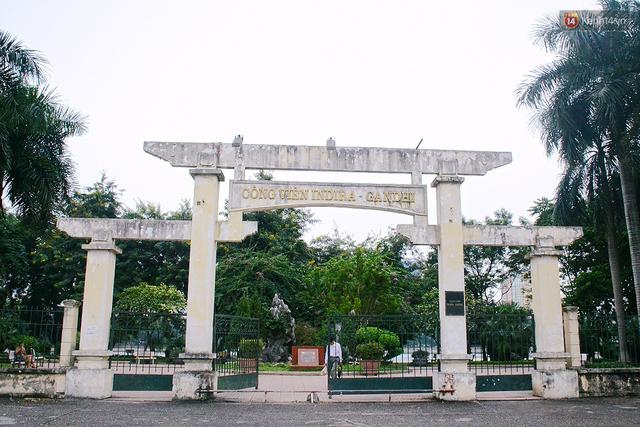Chùm ảnh bên trong công viên lọt top 10 đẹp nhất Hà Nội: Rác thải, kính vỡ ngập ngụa lối đi - Ảnh 1.