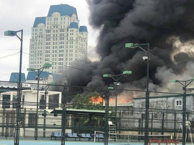Đang cháy lớn tại xưởng sửa chữa ô tô cạnh Liên đoàn Bóng đá Việt Nam - Ảnh 1.