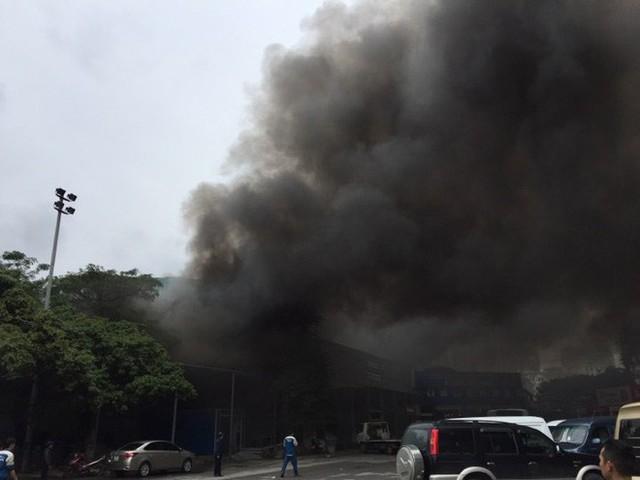 Đang cháy lớn tại xưởng sửa chữa ô tô cạnh Liên đoàn Bóng đá Việt Nam - Ảnh 2.