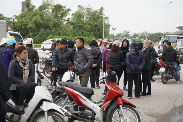 Người hâm mộ nhận vé xem trận chung kết Việt Nam gặp Malaysia cầm chưa ấm tay, nhiều 'cò' đã chèo kéo mua cao gấp 10 lần giá gốc - Ảnh 2.