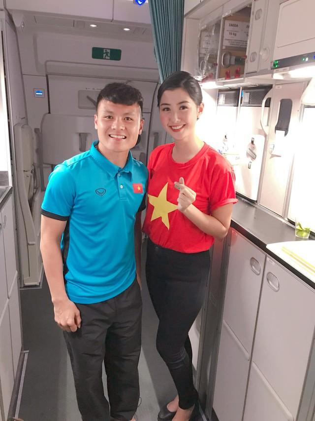 Nữ tiếp viên hàng không xinh đẹp gây bão mạng khi chụp ảnh cùng đội tuyển Việt Nam, tiết lộ bất ngờ về Quang Hải - Ảnh 2.