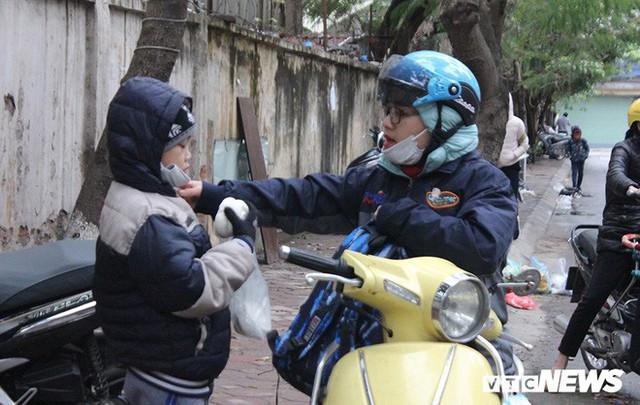 Ảnh: Học sinh Hà Nội co ro đến trường trong giá rét - Ảnh 1.