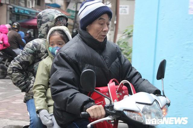 Ảnh: Học sinh Hà Nội co ro đến trường trong giá rét - Ảnh 2.