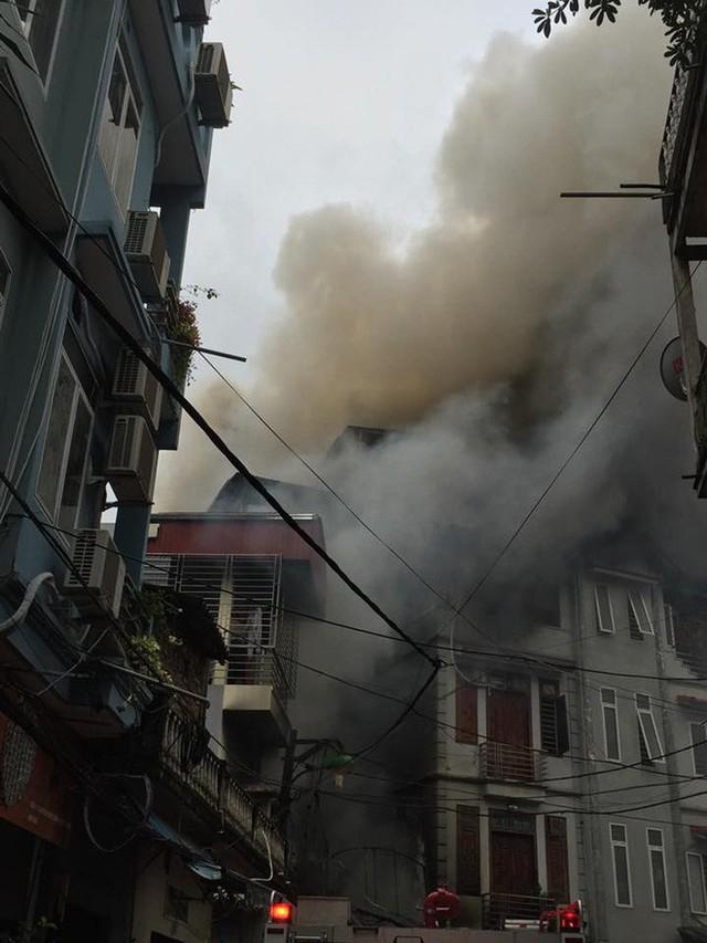 Cột khói bốc cao hàng trăm mét trong vụ cháy xưởng trên phố Hà Nội, 6 người kịp thoát - Ảnh 1.