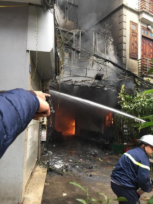 Cột khói bốc cao hàng trăm mét trong vụ cháy xưởng trên phố Hà Nội, 6 người kịp thoát - Ảnh 2.