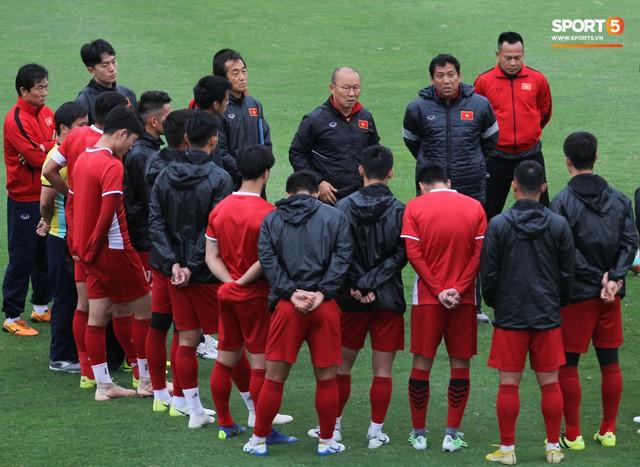 Mạnh gắt bị nhắc nhở trước toàn đội vì pha đánh nguội đội trưởng Malaysia - Ảnh 2.