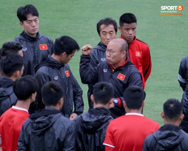 Mạnh gắt bị nhắc nhở trước toàn đội vì pha đánh nguội đội trưởng Malaysia - Ảnh 3.