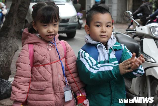 Ảnh: Học sinh Hà Nội co ro đến trường trong giá rét - Ảnh 12.