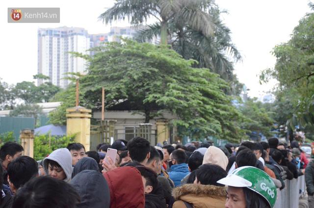 Hàng ngàn người xếp hàng dưới cái lạnh 13 độ để chờ nhận vé xem chung kết của đội tuyển Việt Nam - Ảnh 15.
