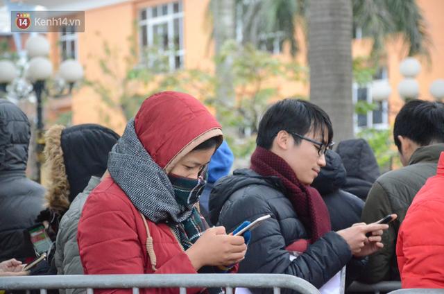 Hàng ngàn người xếp hàng dưới cái lạnh 13 độ để chờ nhận vé xem chung kết của đội tuyển Việt Nam - Ảnh 17.