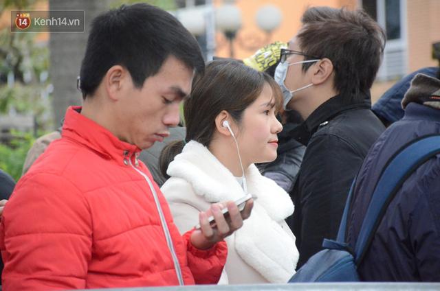 Hàng ngàn người xếp hàng dưới cái lạnh 13 độ để chờ nhận vé xem chung kết của đội tuyển Việt Nam - Ảnh 18.