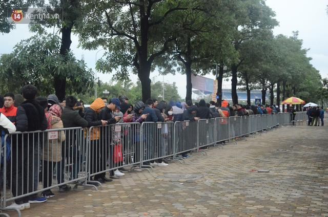 Hàng ngàn người xếp hàng dưới cái lạnh 13 độ để chờ nhận vé xem chung kết của đội tuyển Việt Nam - Ảnh 3.