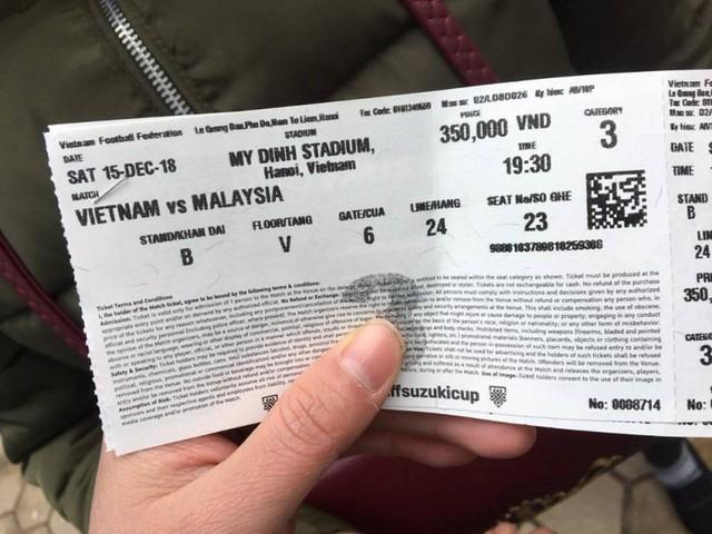 Người hâm mộ nhận vé xem trận chung kết Việt Nam gặp Malaysia cầm chưa ấm tay, nhiều 'cò' đã chèo kéo mua cao gấp 10 lần giá gốc - Ảnh 4.