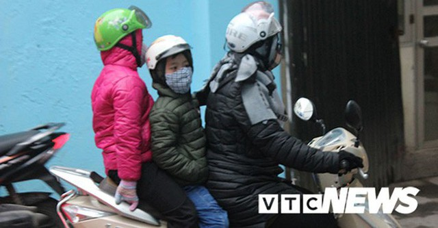 Ảnh: Học sinh Hà Nội co ro đến trường trong giá rét - Ảnh 3.