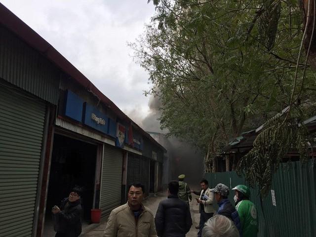 Đang cháy lớn tại xưởng sửa chữa ô tô cạnh Liên đoàn Bóng đá Việt Nam - Ảnh 4.