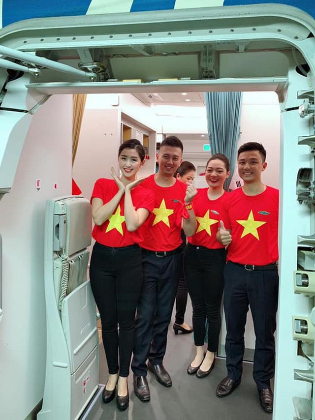 Nữ tiếp viên hàng không xinh đẹp gây bão mạng khi chụp ảnh cùng đội tuyển Việt Nam, tiết lộ bất ngờ về Quang Hải - Ảnh 4.