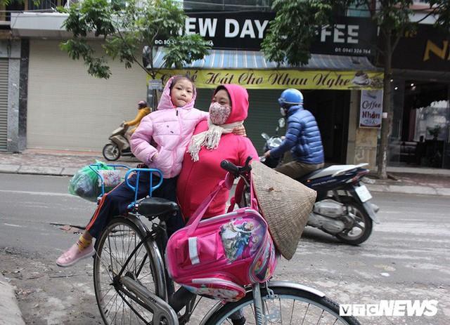 Ảnh: Học sinh Hà Nội co ro đến trường trong giá rét - Ảnh 4.