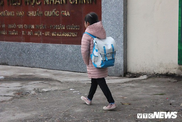 Ảnh: Học sinh Hà Nội co ro đến trường trong giá rét - Ảnh 5.