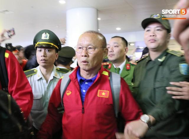 Bất chấp đêm lạnh 10 độ C, hàng trăm CĐV vây kín xe chở ĐT Việt Nam ở sân bay Nội Bài - Ảnh 6.