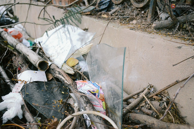 Chùm ảnh bên trong công viên lọt top 10 đẹp nhất Hà Nội: Rác thải, kính vỡ ngập ngụa lối đi - Ảnh 6.