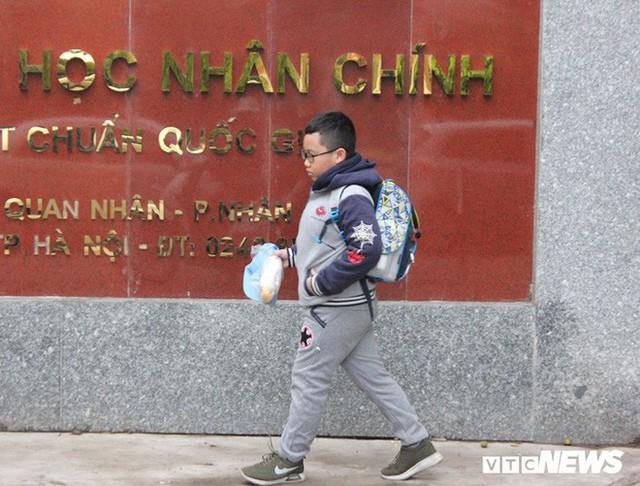 Ảnh: Học sinh Hà Nội co ro đến trường trong giá rét - Ảnh 6.