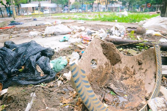 Chùm ảnh bên trong công viên lọt top 10 đẹp nhất Hà Nội: Rác thải, kính vỡ ngập ngụa lối đi - Ảnh 7.