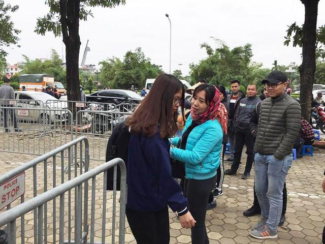 Tận mắt cuộc sang tay cặp vé trận chung kết Việt Nam - Malaysia giá 11 triệu trước cổng liên đoàn - Ảnh 7.
