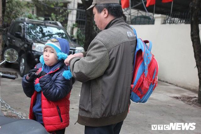 Ảnh: Học sinh Hà Nội co ro đến trường trong giá rét - Ảnh 7.