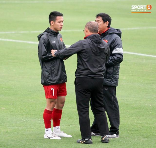 Mạnh gắt bị nhắc nhở trước toàn đội vì pha đánh nguội đội trưởng Malaysia - Ảnh 8.