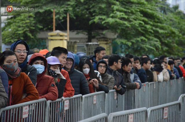 Hàng ngàn người xếp hàng dưới cái lạnh 13 độ để chờ nhận vé xem chung kết của đội tuyển Việt Nam - Ảnh 8.