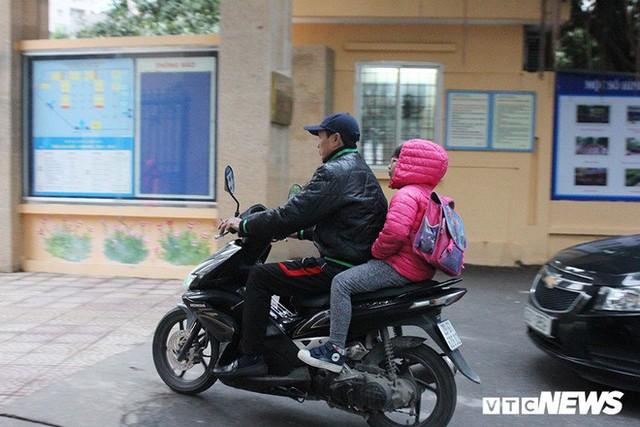 Ảnh: Học sinh Hà Nội co ro đến trường trong giá rét - Ảnh 8.