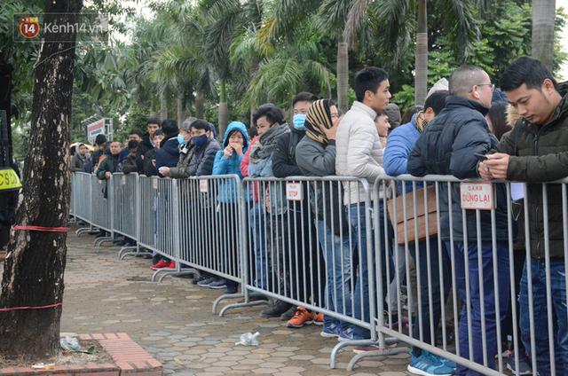 Hàng ngàn người xếp hàng dưới cái lạnh 13 độ để chờ nhận vé xem chung kết của đội tuyển Việt Nam - Ảnh 9.