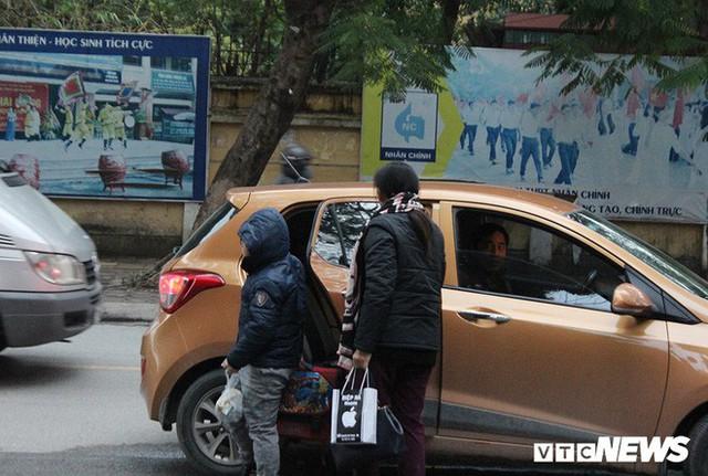 Ảnh: Học sinh Hà Nội co ro đến trường trong giá rét - Ảnh 9.