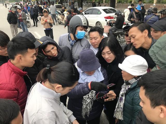 Tận mắt cuộc sang tay cặp vé trận chung kết Việt Nam - Malaysia giá 11 triệu trước cổng liên đoàn - Ảnh 10.