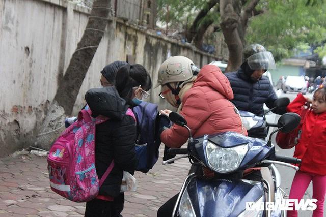 Ảnh: Học sinh Hà Nội co ro đến trường trong giá rét - Ảnh 10.