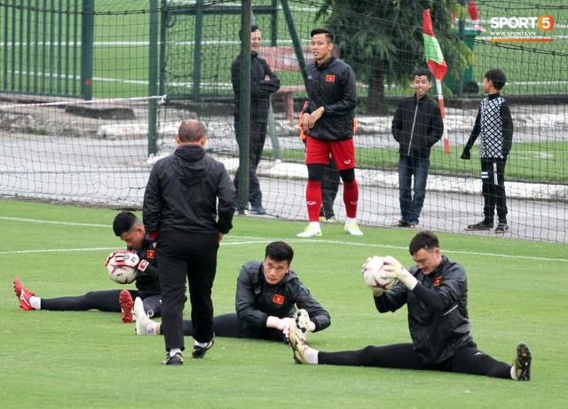 Không được bắt chính tại AFF Cup, thủ môn Tiến Dũng nhận cử chỉ tình cảm từ thầy Park - Ảnh 1.
