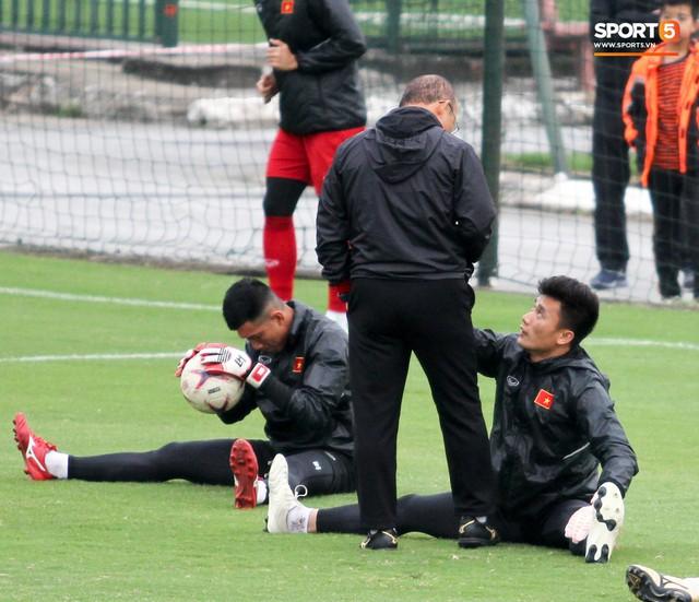 Không được bắt chính tại AFF Cup, thủ môn Tiến Dũng nhận cử chỉ tình cảm từ thầy Park - Ảnh 2.