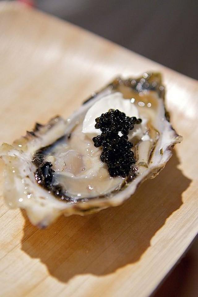 Trứng cá tầm khó chiều đến mức Louis Vuitton phải làm một bộ dụng cụ sang chảnh dùng riêng để ăn món này - Ảnh 1.