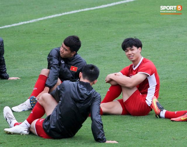 Không được bắt chính tại AFF Cup, thủ môn Tiến Dũng nhận cử chỉ tình cảm từ thầy Park - Ảnh 11.
